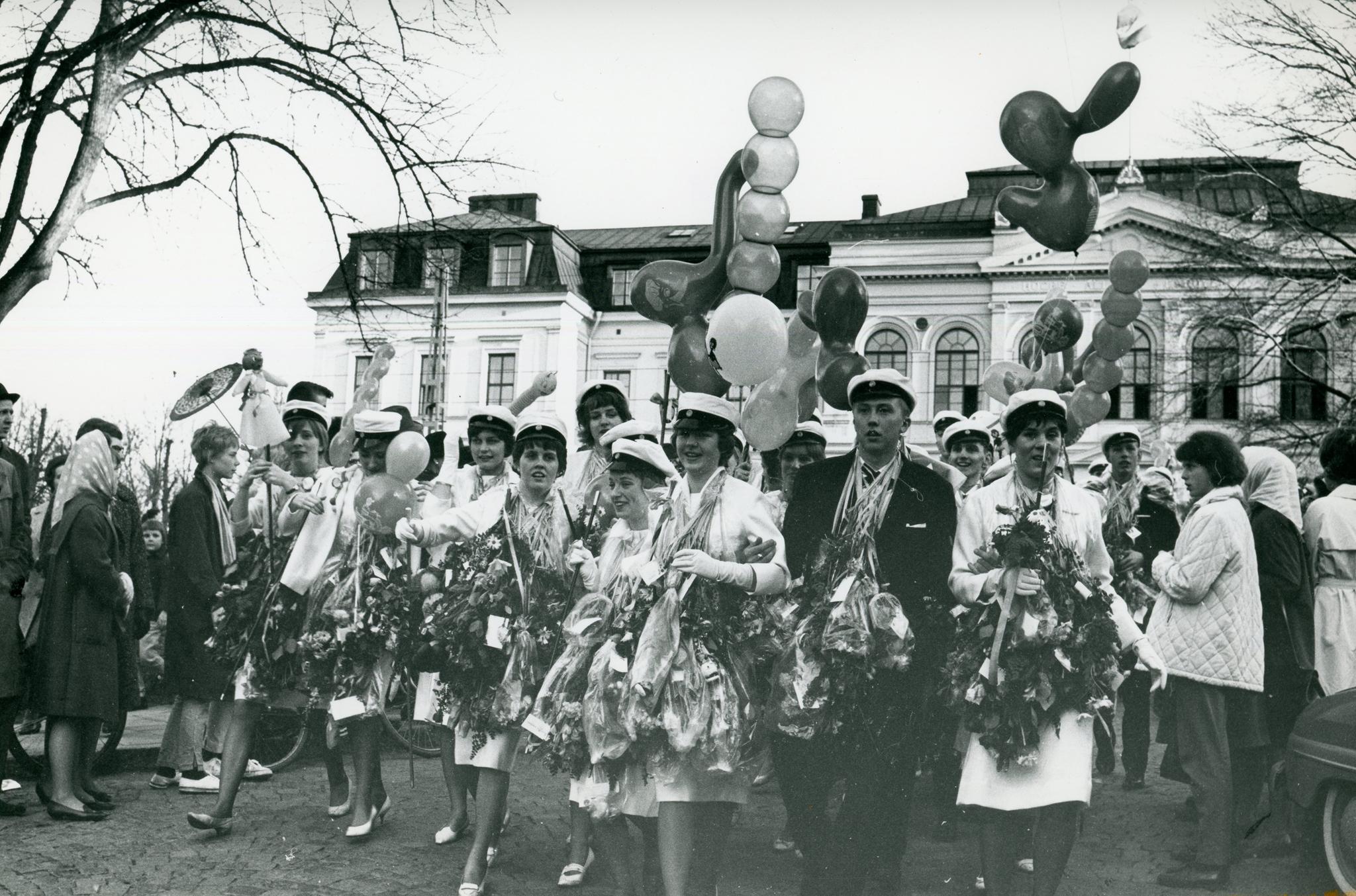 Studenter utanför Högre allmänna läroverket 1963. Foto: Sture Ryman. Ur Norrköpings stadsarkivs samlingar.