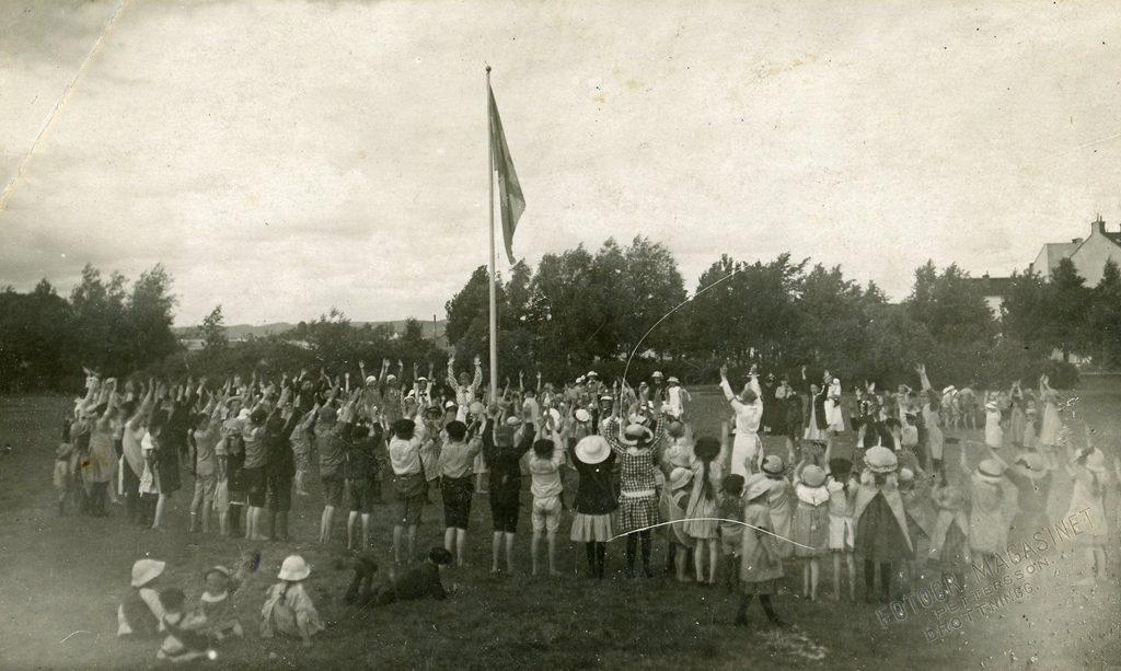 Parktanterna leker med barnen i Folkparken 1917. Ur Norrköpings stadsarkivs samlingar