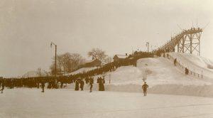 Hoppbacken i Idrottsparken cirka 1910. Okänd fotograf. Ur Norrköpings stadsarkivs samlingar.
